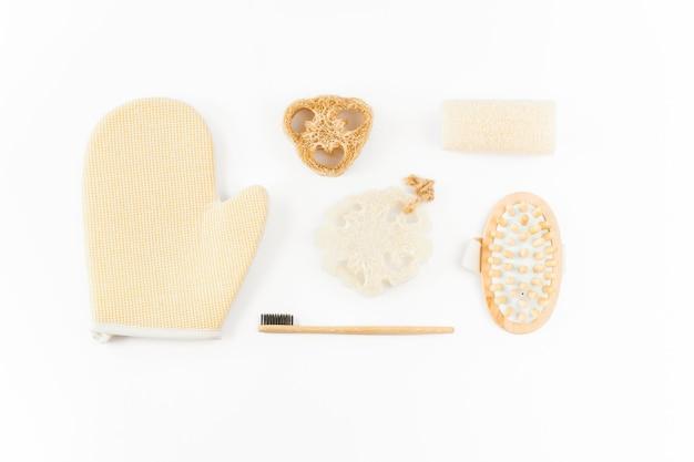 白の持続可能なトイレタリーとバスルーム製品のセット
