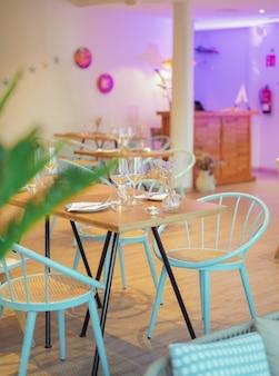 서빙할 준비가 된 레스토랑의 테이블과 의자 4개