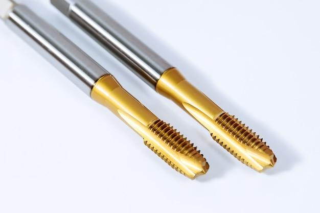 金属をねじ込むためのタップのセット。金属加工用工具。