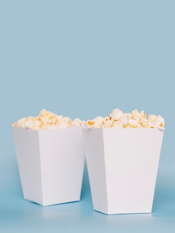 Набор вкусных коробок попкорна на столе