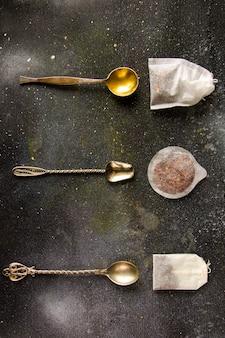 Набор чая на старинных столовых ложках, различных чая и чайных пакетиков