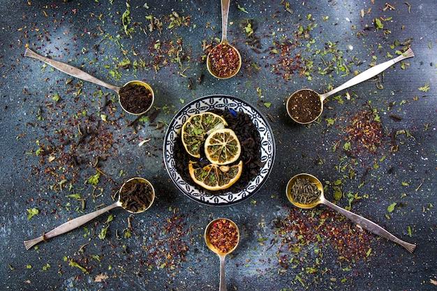 Набор чая на старинных столовых ложках, различный чайный, черный, цветочный, зеленый и мятный чай.