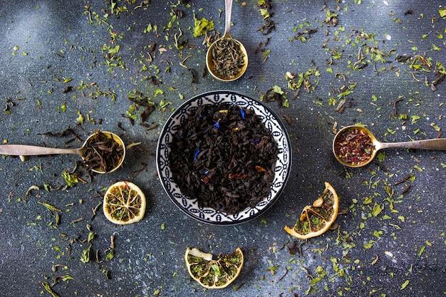ヴィンテージの銀器スプーンにお茶のセット、さまざまなお茶、紅茶、花、緑、ミントティー