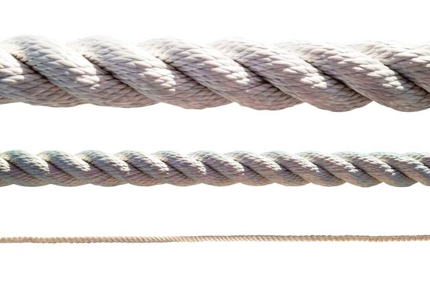 白い背景で隔離の太いロープと細いロープのセット