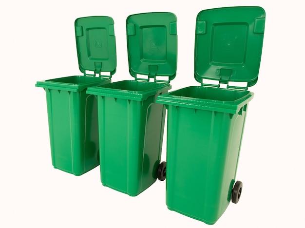 Набор из трех новых распаковывать зеленые большие ящики, изолированные на белом фоне.