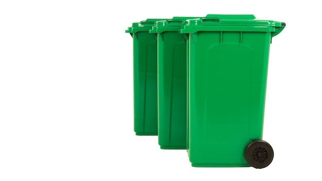 Набор из трех новых распаковываемых зеленых больших ящиков, изолированных на белом фоне.