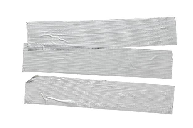 흰색 배경에 고립 된 세 실버 회색 수리 덕트 테이프 조각의 집합입니다.