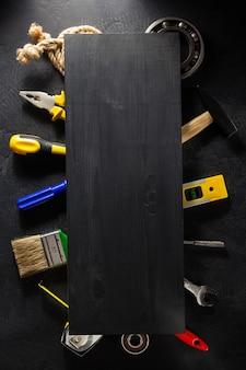 黒の背景にツールと楽器のセット
