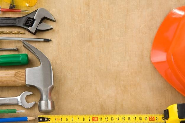 木の質感の背景にツールと楽器のセット