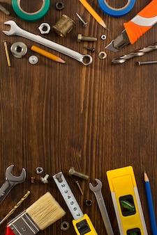 木製の背景にツールと楽器のセット