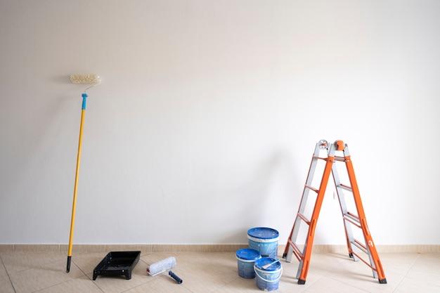 Набор инструментов и красок для ремонта в квартире.