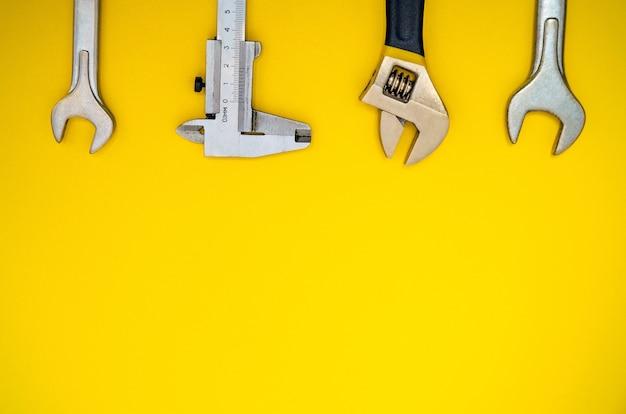 コピースペースと黄色の背景の配管工のためのツールのセット