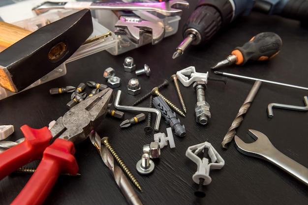 테이블의 도구 세트, 드릴 비트 세트가있는 스크루 드라이버 및 볼트가있는 나사