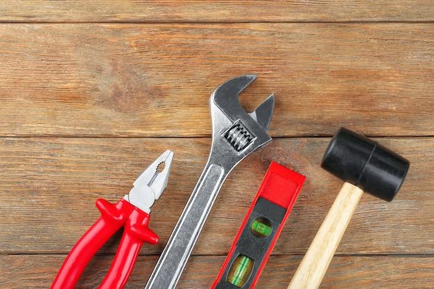 Набор инструментов на деревянном