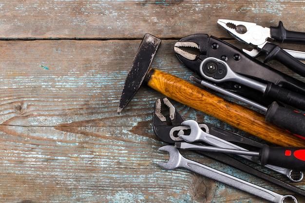 テキストのためのスペースを持つ木製の上のツールのセット
