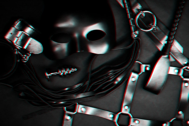Bdsmセックス用のおもちゃのセット。革のフロッガー、手錠、ベルト、チョーカー、マスク、金属製の肛門プラグ。グリッチ効果のある白黒