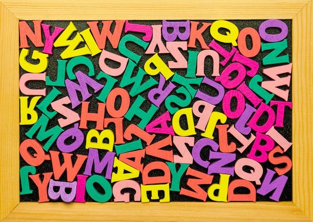 アルファベットを勉強するためのおもちゃのセットです。教育、学校のコンセプトに戻る。