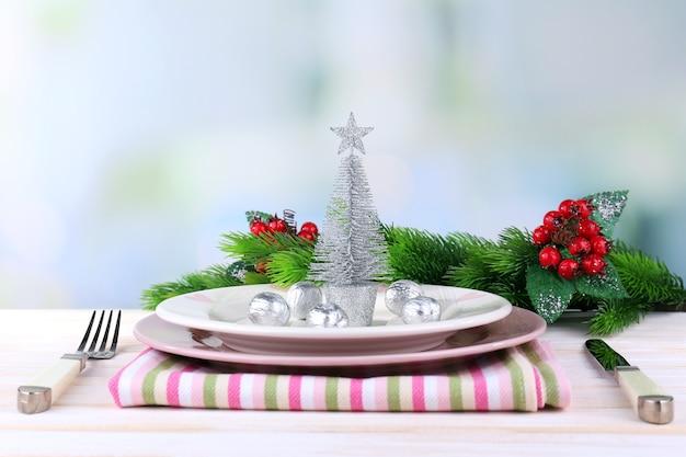 Набор посуды для рождественского ужина, на столе, на светлом фоне
