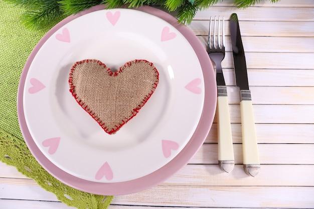 Набор посуды для романтического ужина, на столе, на светлом фоне