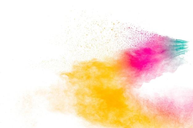 Набор вариантов взрыва порошка цвета на белом фоне. красочная пыль взорваться.