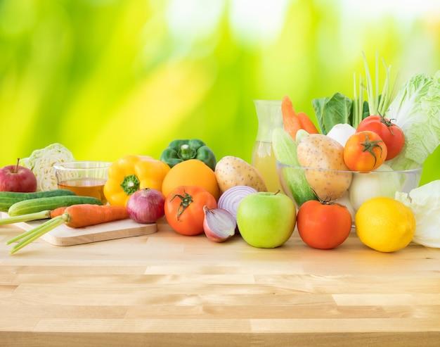 Набор разнообразных овощей с копией пространства деревянного стола