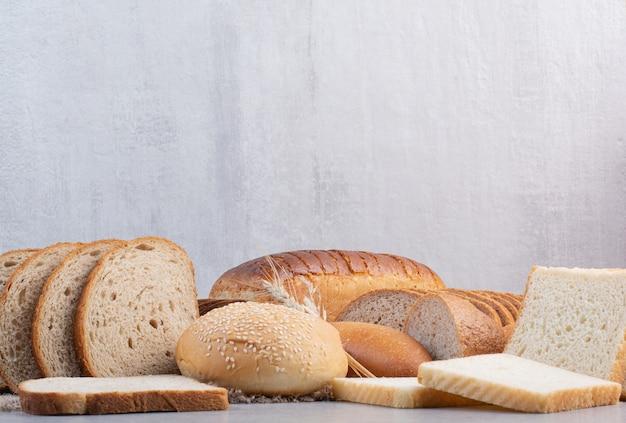 대리석 표면에 다양한 빵 조각 세트