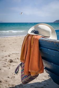ビーチで女性のための様々な服やアクセサリーのセット
