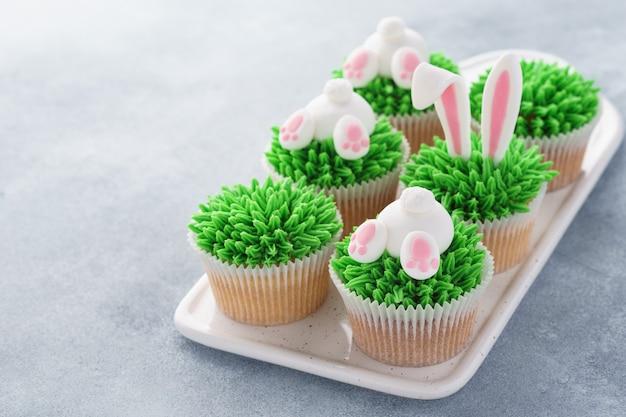 子供のために飾られた様々なイースターカップケーキのセット。