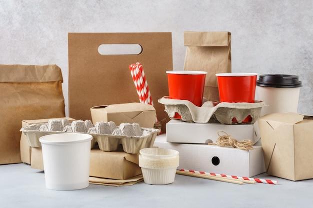 さまざまな環境に優しい包装、使い捨てのリサイクル可能な容器、食器のセット。廃棄物ゼロのコンセプト。