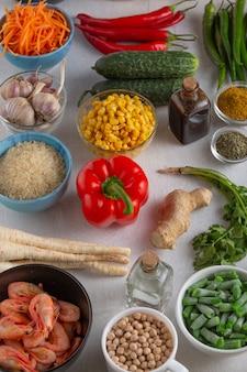 オリエンタルクッキング用の様々な食品のセットこれらは野菜肉シーフードと果物です