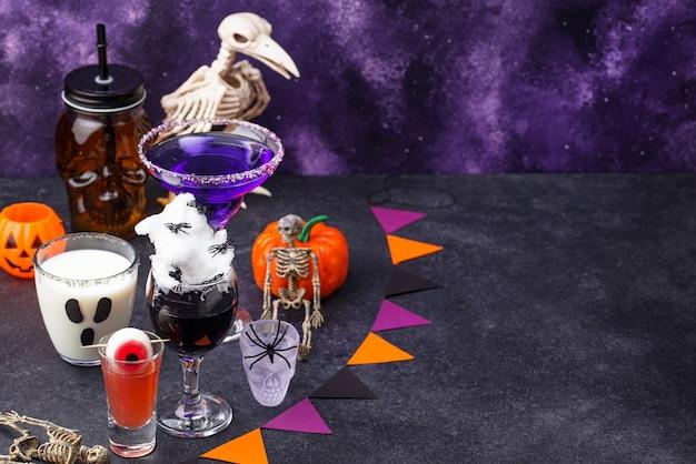 Набор различных напитков хэллоуина. страшные коктейли для вечеринки