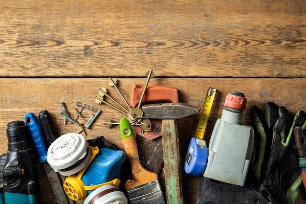 나무 배경 상단 보기에 있는 다양한 오래된 수제 도구 세트