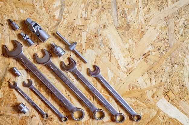 다양한 수리 손 도구 또는 자동차 정비사의 도구 세트. 수리 도구 키트. 건물 장비. 나무 배경, 패턴, 평면도. 텍스트를위한 공간