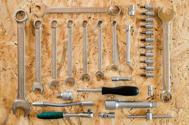 다양한 수리 손 도구 또는 자동차 정비사의 도구 세트. 수리 도구 키트. 건물 장비. 나무 배경, 패턴, 평면도