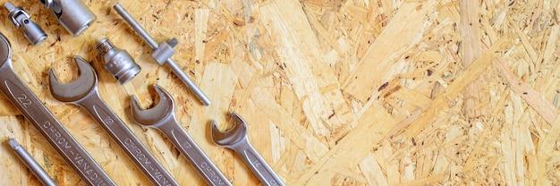 さまざまな修理用ハンドツールまたは自動車整備士のツールのセット。修理ツールキット。建物の設備。木製の背景、