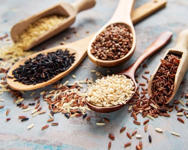 콘크리트 테이블에 다양한 쌀 세트 : 블랙, 바 스마티, 브라운 및 레드 혼합 쌀