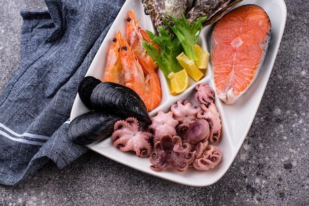 Набор различных морепродуктов в тарелке