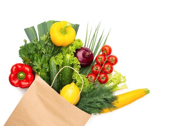 Набор овощей в бумажном пакете, изолированные на белом фоне концепция здорового вегетарианского питания