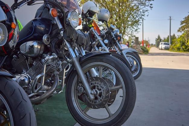 イタリアのラリーに駐車されたビンテージカスタムバイクのセット。