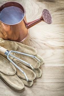 ヴィンテージの水まき缶のセット金属板農業概念にすくい園芸用手袋