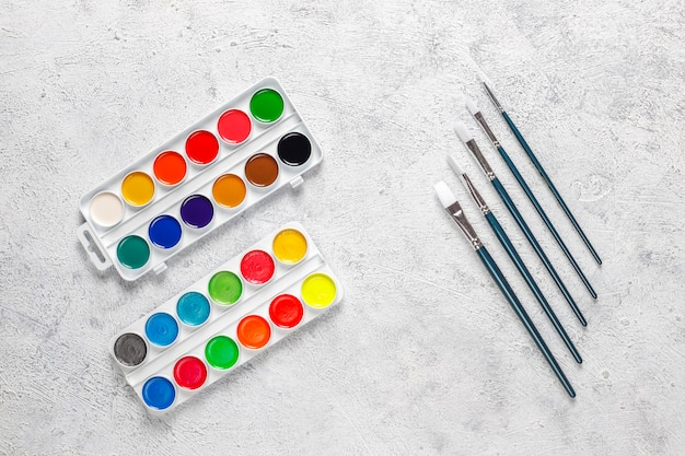 水彩絵の具と絵筆のセットです。