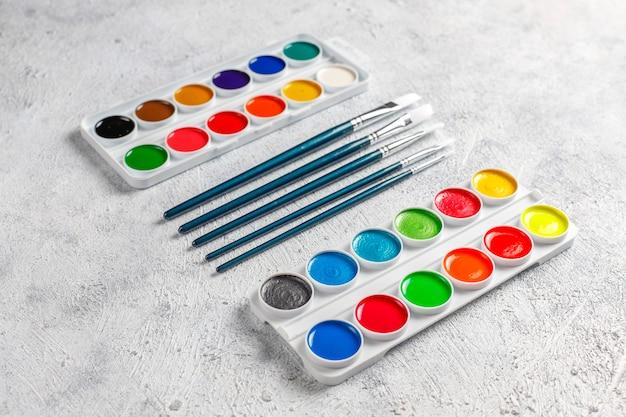 Набор акварельных красок и кистей для рисования.