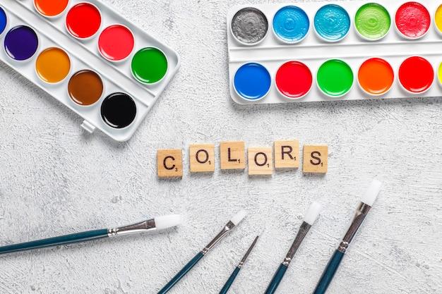 絵画用の水彩絵の具と絵筆のセットです。