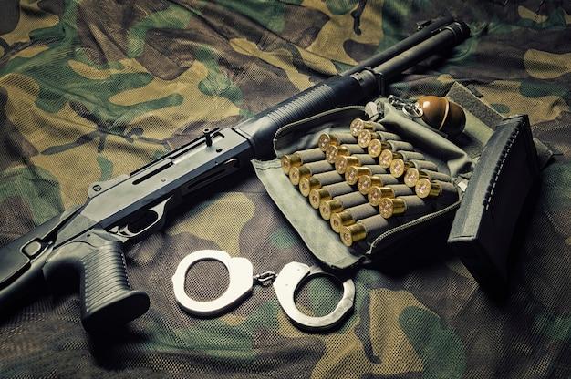特殊部隊の戦闘機の武器セット。ショットガン、弾薬、手榴弾、手錠。
