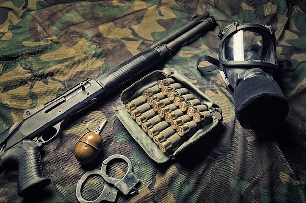 特殊部隊の戦闘機の武器セット。ショットガン、弾薬、手榴弾、手錠、防毒マスク。