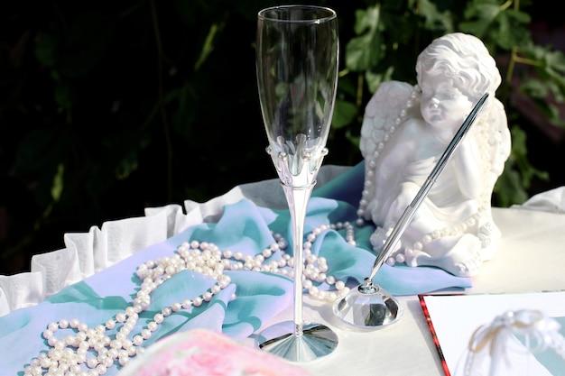 結婚式のための結婚式のアクセサリーのセット。結婚式や式典のためのお祝いアイテム