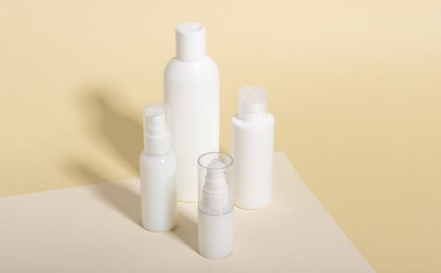 Набор белых косметических флаконов и банок с жесткими тенями. концепция ухода за домом и салоном красоты