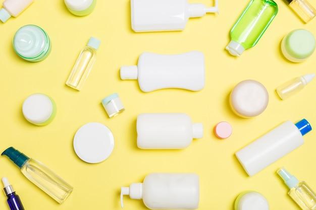 노란색 배경에 흰색 화장품 용기 세트