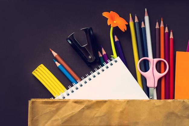 茶色の背景に紙袋の白い文房具要素のセットです。ブランディングテンプレート空白の文房具の写真。デザインのモックアップ。