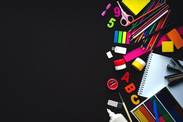 ヴィンテージ黒の背景に白い文房具の要素のセットです。ブランディングテンプレート空白の文房具の写真。デザインのモックアップ。
